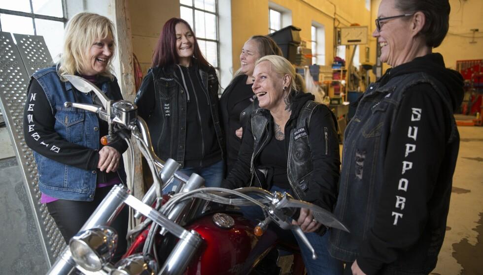 GIR GASS: I fjor realiserte Beate en drøm og kjøpte seg en Harley Davidson. Hun skryter av miljøet i MC-klubben og vennene hun har fått, f.v. Beate, Cathrine, Eva, Nina og Randi. Foto: Sverre Christian Jarild