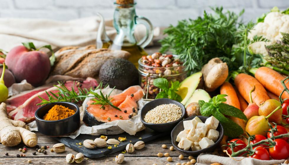 VARIERT: I alt er det tretten vitaminer kroppen er avhengig av å få tilført jevnlig og i riktige mengder. For de aller fleste vil behovet dekkes gjennom vanlig mat, men det er lurt å vite hvilke matvarer som dekker behovet for de ulike vitaminene. Illustrasjonsfoto: Shutterstock/NTB