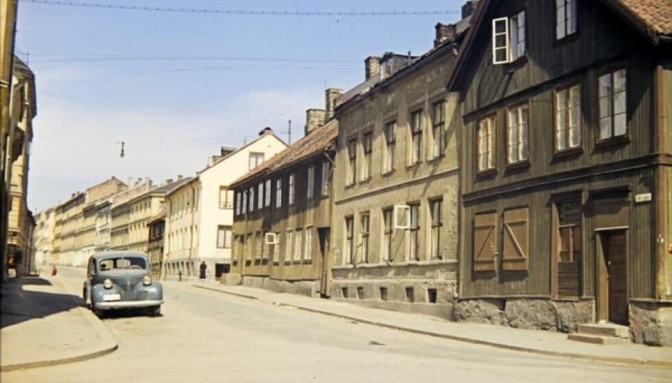ØVRE GATE 4: I den lyse bygården, ved siden av det grønne trehuset, bodde familien Braude før de ble deportert i november 1942. Leiligheten ble tatt over av vaktmesterfamilien i bygården. Bildet er fra 1958. FOTO: Ottar Gladtvedt // Oslo Museum