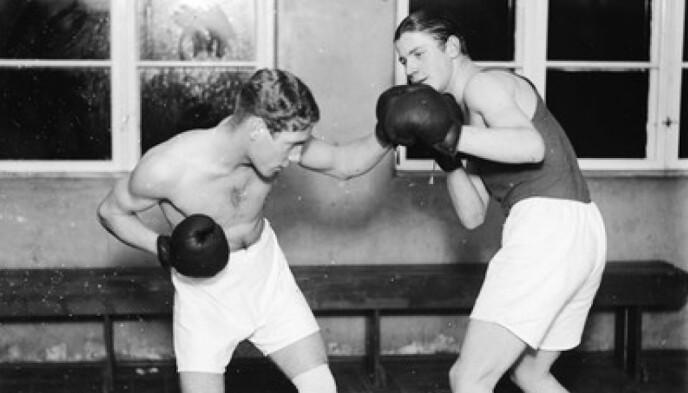 BOKSETALENT: Charles Braude (t.v.) var en del av Norges ledende bokse- og bryteklubb Fagen 26. Bildet er trolig tatt på 30-tallet. FOTO: Wilhelm Råger // Oslo Museum