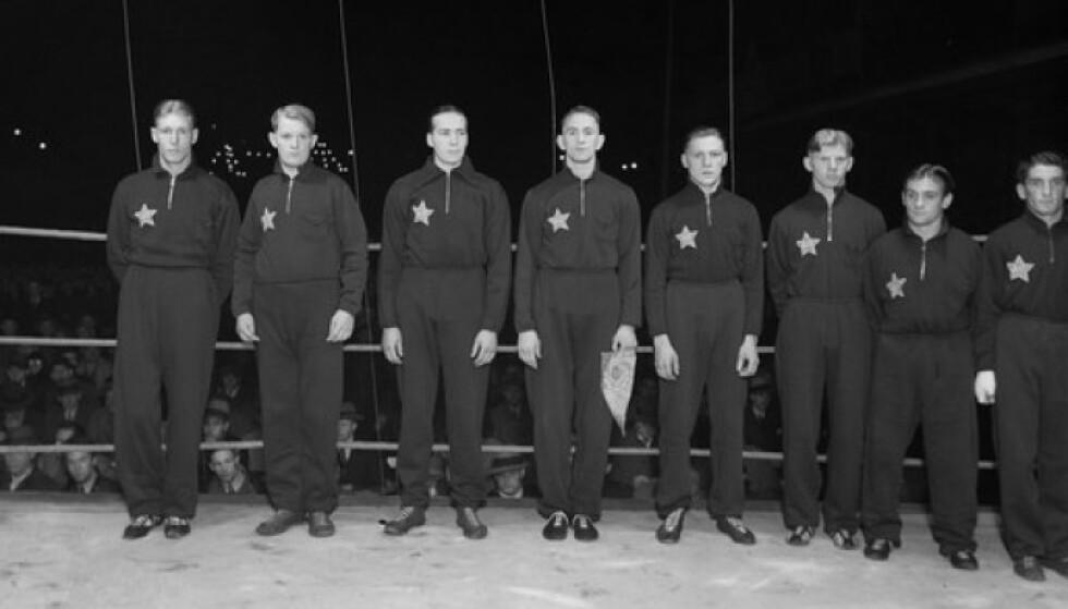 PÅ BISLETT: Arbeidernes Idrettsforbunds bokselag før landskampen mot Sovjetunionen i 1934. Charles Braude til høyre i bildet. FOTO: Wilhem Råger // Oslo Museum