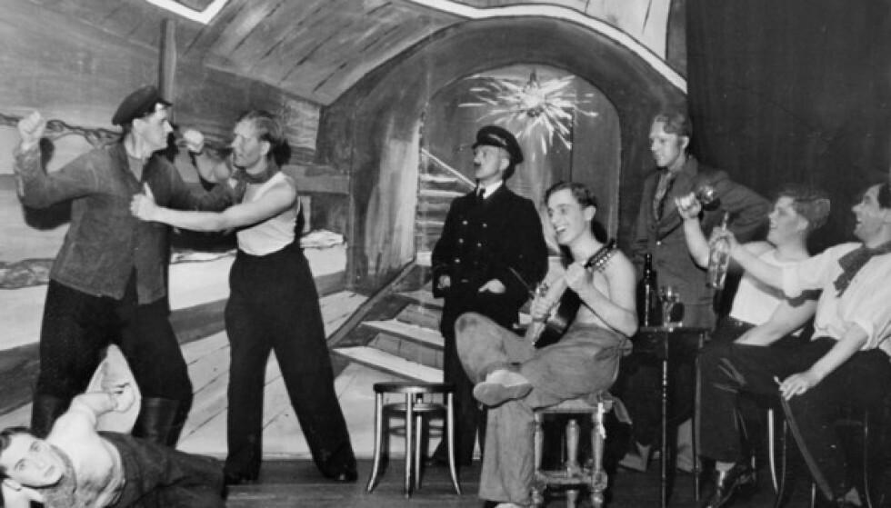 SKUESPILLER: Harry Braude nederst til venstre under teaterstykket «Sjømenn går om bord» på Oslo Arbeiderteater Samfundsteatret i 1938. FOTO: Arbeiderbevegelsens arkiv og bibliotek