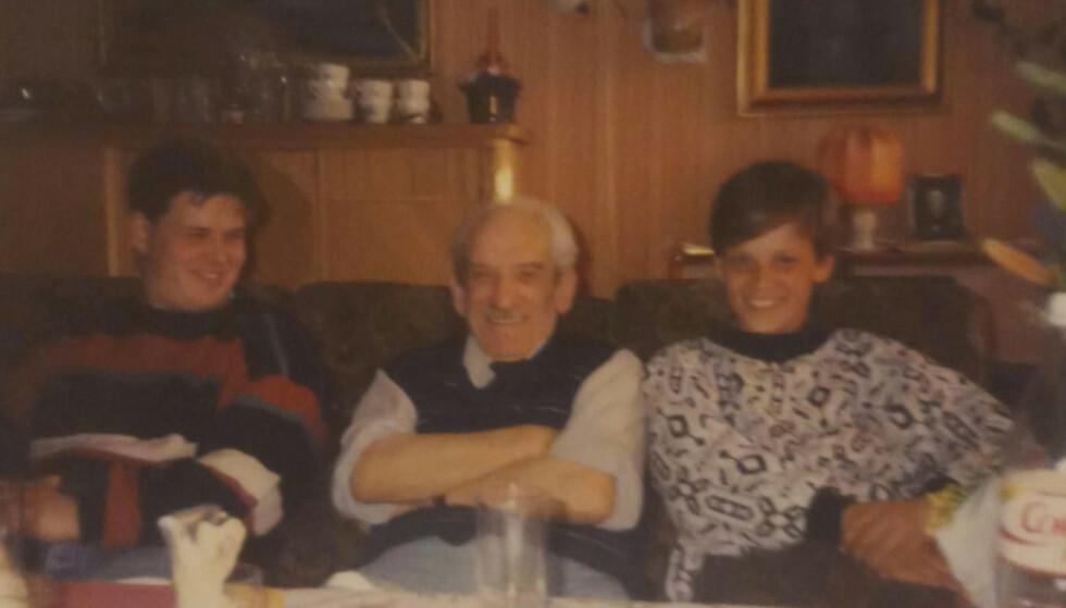 HOS BESTEFAR: Barnebarna Patrick (t.v.) og Joachim Braude hjemme hos bestefar Charles Braude en gang mellom 80- og 90-tallet. Patrick minnes bestefaren som en varm mann. FOTO: Privat