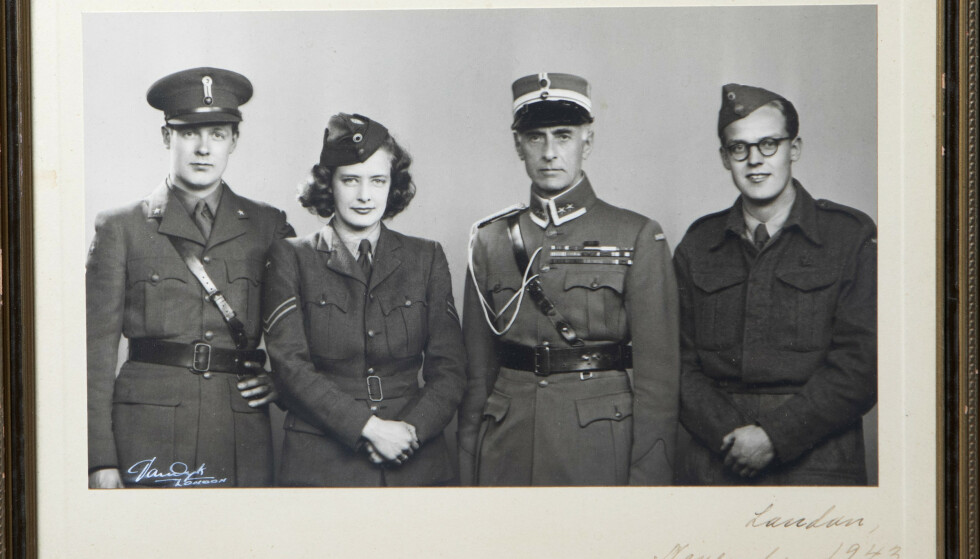 FAMILIESAMLING: Storebror Nik, Ulla, far Nikolai og broren Rolf i London november 1943. Foto: Privat