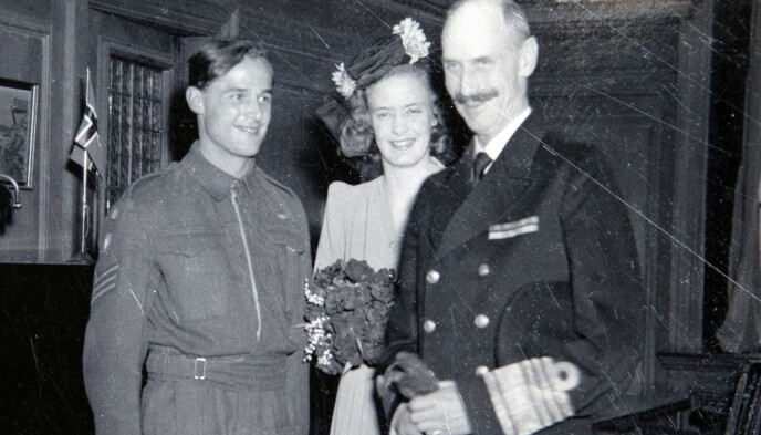 UTEN FORELDRE: Ulla Østgaard og Erling Welle-Strand giftet seg i London 17. april 1943, uten foreldre til stede. Kong Haakon VII var med og holdt tale til brudeparet. Foto: Privat