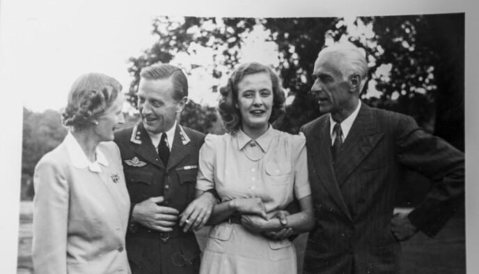 MØTEPLASS: Ragni Østgaard sammen med flyver og generalløytnant Birger Motzfeldt, pluss Ulla og Nikolai Østgaard høsten 1942 i London. Foto: Privat