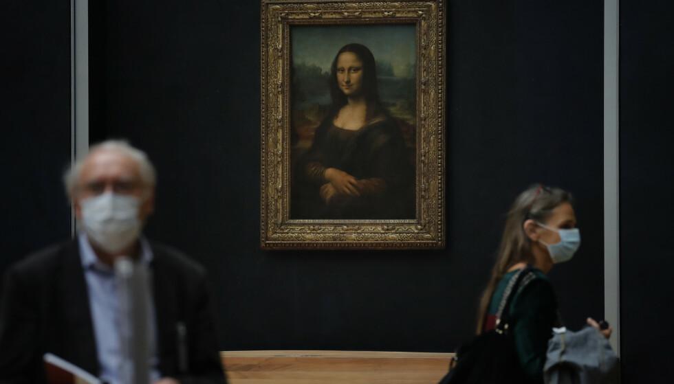 MYTEOMSPUNNET: Verdens mest besøkte museum, Louvre-museet, har også verdens mest berømte portrett: Mona Lisa malt av Leonardo Da Vinci. Foto: AP/NTB