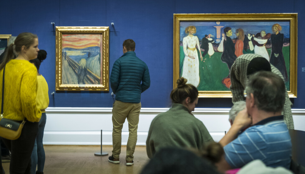 MUNCH: Publikum så på «Skrik» og «Livets dans» av maleren Edvard Munch på Nasjonalgalleriet før dørene ble stengt. Foto: Heiko Junge NTB