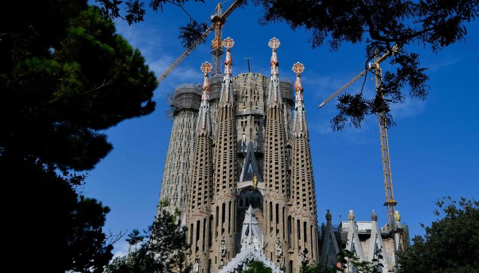 LA SAGRADA FAMILIA: Den kjente katedralen i Barcelona er et evighetsprosjekt påbegynt i 1882 som etter planen skulle stå ferdig i 2026. Nå står arbeidet på vent på grunn av pandemien. Vi kan likevel besøke katedralen hjemmefra. Foto: AFP/NTB