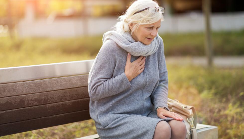 Selv om kvinner rammes seinere i livet, betyr ikke det at de rammes sjeldnere. Men ofte er symptomene på hjertesykdom for kvinner så annerledes at de oversees. Illustrasjonsfoto: Shutterstock/NTB