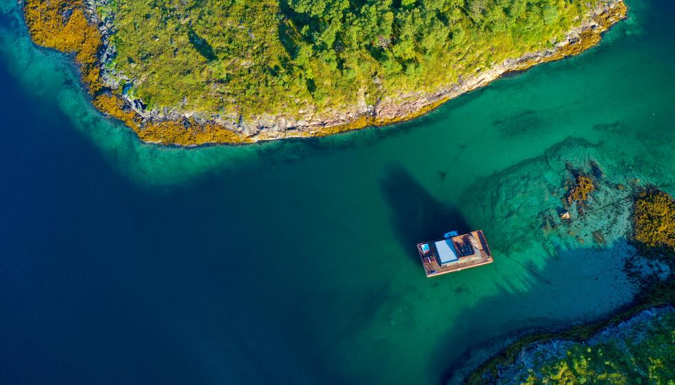 HELGELAND HAVHUS: Grønt hav, fisk som biter og jacuzzi på terassen av et flytende hus. Dette er også Norgesferie. Foto: Ronny Frimann