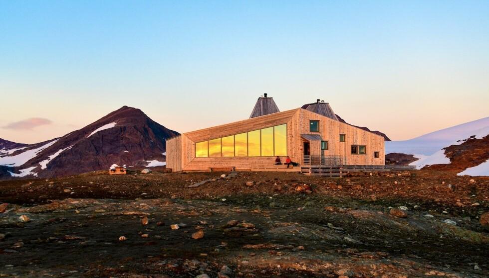 RABOTHYTTA: De store vinduene byr på soloppgang på den ene siden av hytta, og solnedgang på den andre. Foto: Torild Moland
