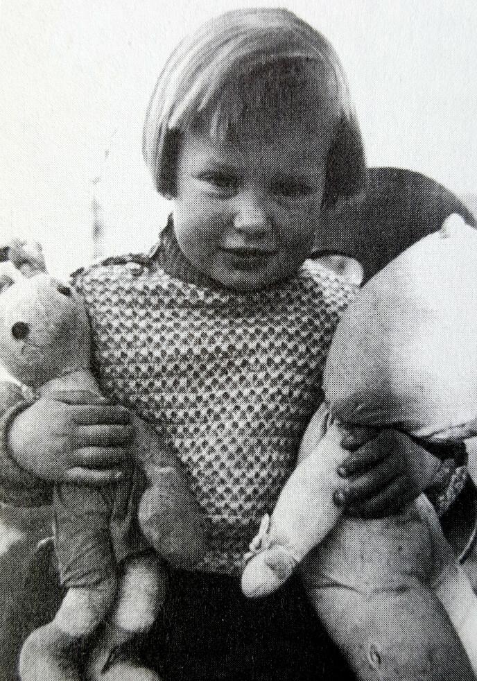 LEKER MED EN HEMMELIGHET: Ursulas to år gamle datter Nina. Ursula brukte barnas leker til å smugle radiodeler i. Foto: Boka «Agent Sonya»/Kagge Forlag.