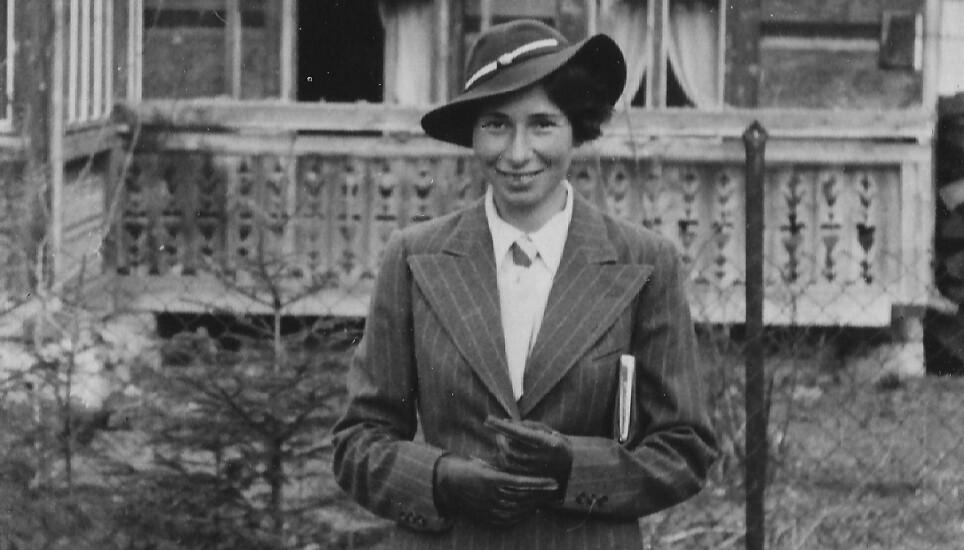 MOR OG SPION: Hun framstod som en vanlig husmor. I virkeligheten levde hun et dobbeltliv. Her er agenten Ursula Kuczynski kledd i sin fineste drakt i 1936. Foto: Boka «Agent Sonya»/Kagge Forlag.