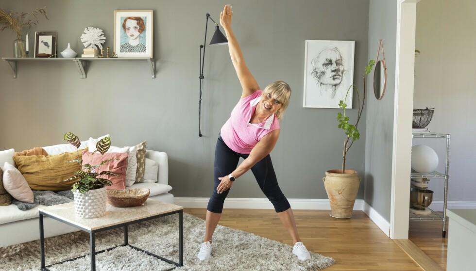 VINDMØLLEN, LETT: Stå med brede bein. Legg venstre hånd på låret og hold høyrearmen rett opp, før du bytter arm og kommer inn i en god rytme. Foto: Johanna Bengtsson