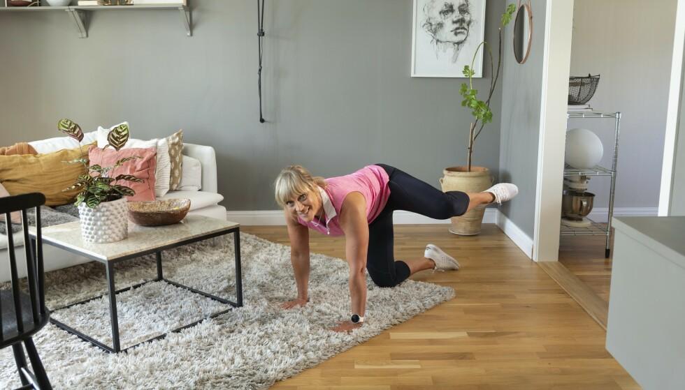 TISSENDE HUND, TYNGRE: Dropp stolen og gjør øvelsen som beskrevet over i knestående på gulvet. Foto: Johanna Bengtsson
