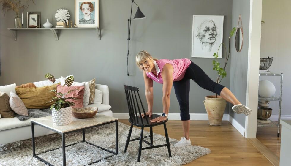 TISSENDE HUND, LETT: Plasser hendene på en stol. Løft beinet opp og ut til siden, sett det ned, og gjenta med andre foten. Repeter. Foto: Johanna Bengtsson