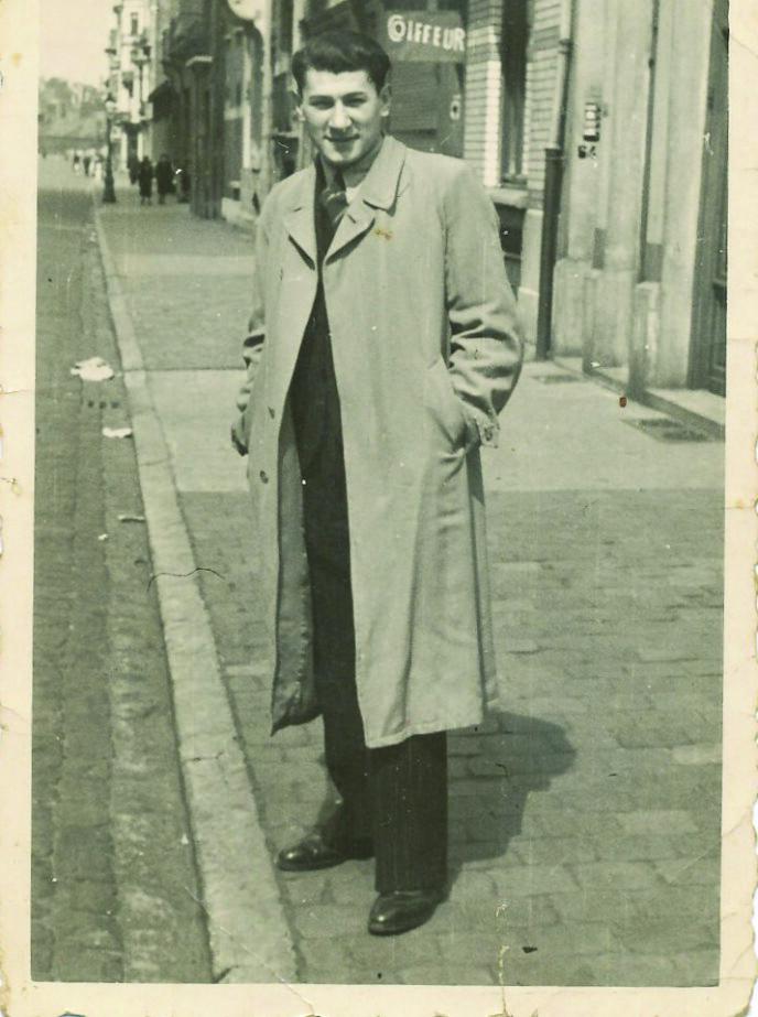 PÅ FLUKT: Eddie fotografert i Belgia i 1941. Senere skulle han bli arrestert og sendt til Auschwitz. Foto: Privat
