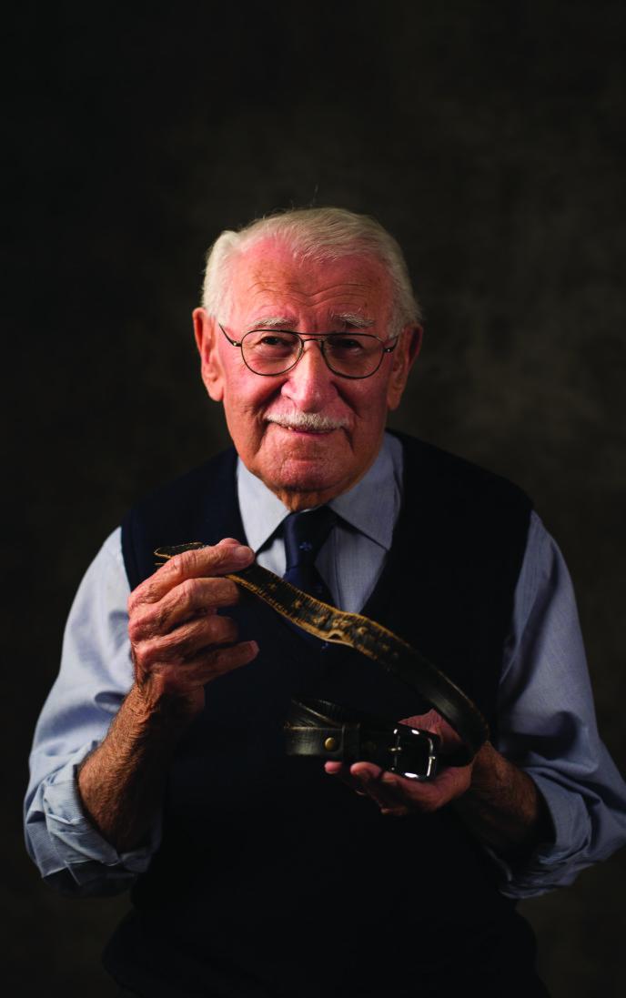 PERSONLIG EIENDEL: Eddie Jaku med beltet sitt. Beltet var den eneste personlige eiendelen han ikke ble fratatt da han kom til Auschwitz. Foto: Kathrine Griffiths / Det jødiske museet i Sydney