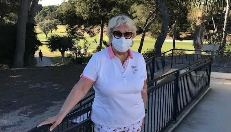 GOLFSPILLER: Norske Torill har bodd i Sverige i over 40 år. Hun følte seg mye mindre trygg der enn hun gjør i Spania. - Her bruker alle munnbind og holder avstand, minst to-tre meter, sier hun. Her fra golfbanen før den stengte i slutten av januar. Foto: Privat