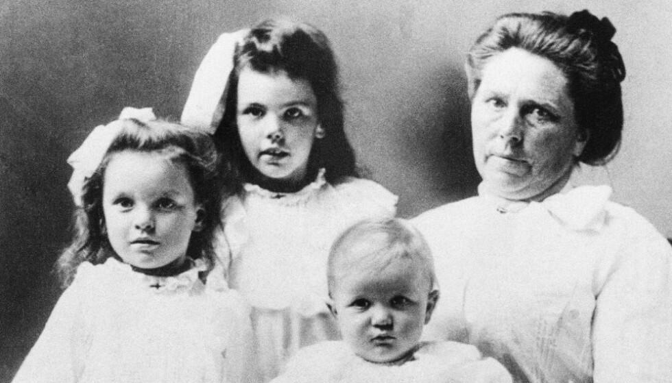 TRUE CRIME: Belle Gunness med barna Myrtle (7), Lucy (5) og Philip (2). Ryktene vil ha det til at Belle har tatt til seg barna fra deres biologiske foreldre som ikke lenger kunne ta hånd om dem. Foto: AP/NTB