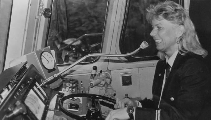 Stolt: Kari-Sofie er nyutdannet lokomotivfører, og her kjører hun et lokaltog. Foto: Rune Fossum