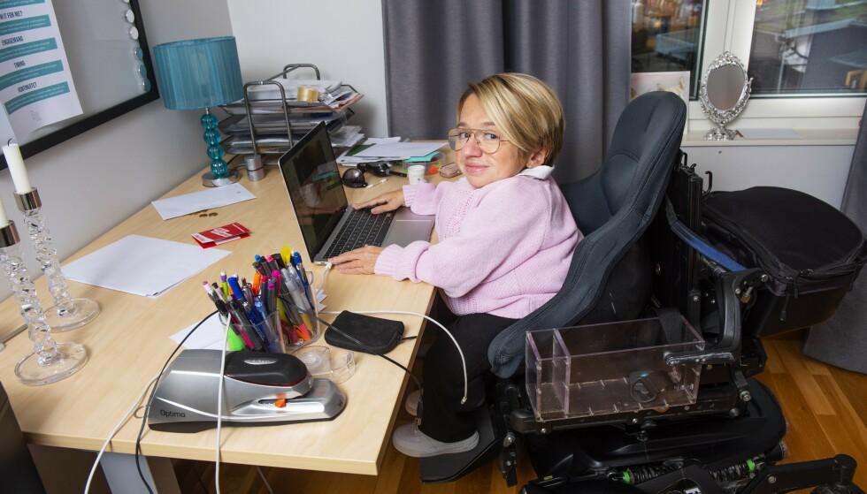 MOT ALLE ODDS: Louise Vidlund er en ambisiøs kvinne med bein i nesa. Hun lar seg ikke trykke ned av mennesker som ikke klarer se forbi at hun er kortvokst og sitter i rullestol på grunn av medfødt beinskjørhet. FOTO: Theresia Köhlin