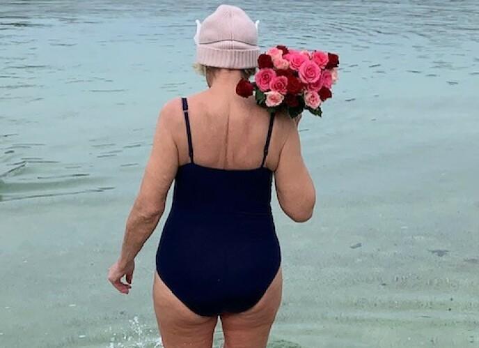HOLDER SEG UNG. Gulla elsker å leke, hun bader i sjøen hele året og kler seg gjerne i kjole på vinteren. Foto: Privat