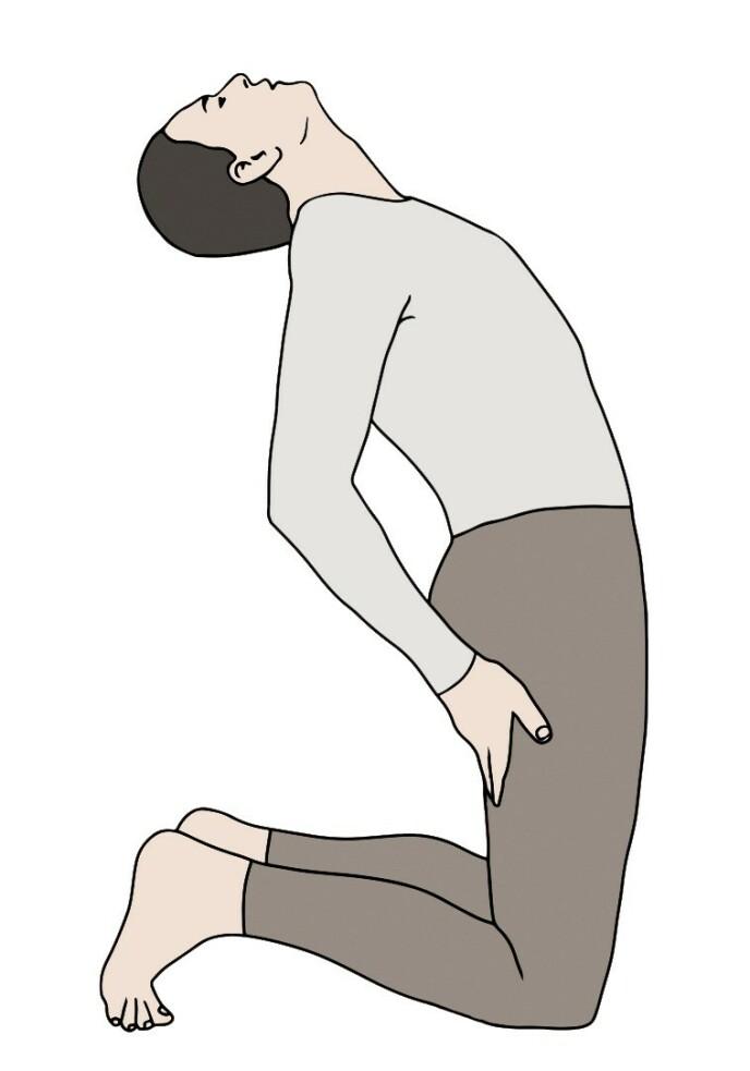 RITE 3: Sitt på knærne med tærne i bakken og rank kropp fra knærne og opp. Hold hendene øverst på baksiden av lårene. Hold lår og hofter stabile under bevegelsen, som skal foregå fra hoftene og opp, ved å fokusere på nakke, skuldre og bryst. På innpust lar du hodet, nakken og skuldrene strekke seg så langt bakover som mulig. På utpust beveger du deg motsatt vei, slik at både nakke og skuldre uanstrengt bøyer seg framover så langt du rekker.