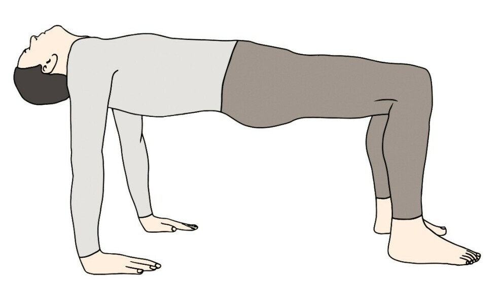 RITE 4: Sitt med rak overkropp, hendene i bakken og med beina strake. Ha bekkenet og beina lett løftet, hvis du klarer det. På innpust løfter du bekken, overkropp og knær opp, slik at overkroppen fra hofter til skuldre forblir i horisontal posisjon. Armene skal være strake, med håndflatene i bakken, som ved utgangspunktet. Gå tilbake til utgangsstillingen på utpust.