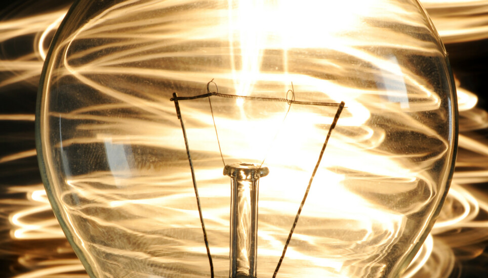 LYSPÆREMYSTERIET: En lyspære i Meråker lyser fortsatt etter 111 år. I California lyser en 120 år gammel lyspære. Når lyspærene ikke lyser like lenge lenger, henger det sammen med et møte i Berlin for snart 100 år siden. Illustrasjonsfoto: Frank May/NTB