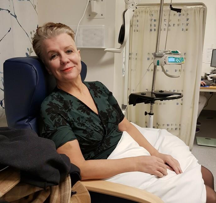CELLEGIFT: Etter sin siste operasjon i 2019 måtte Vibeke også ta cellegift og strålebehandling. Etter cellegiften ble hennes røde hår grått. Foto: Privat