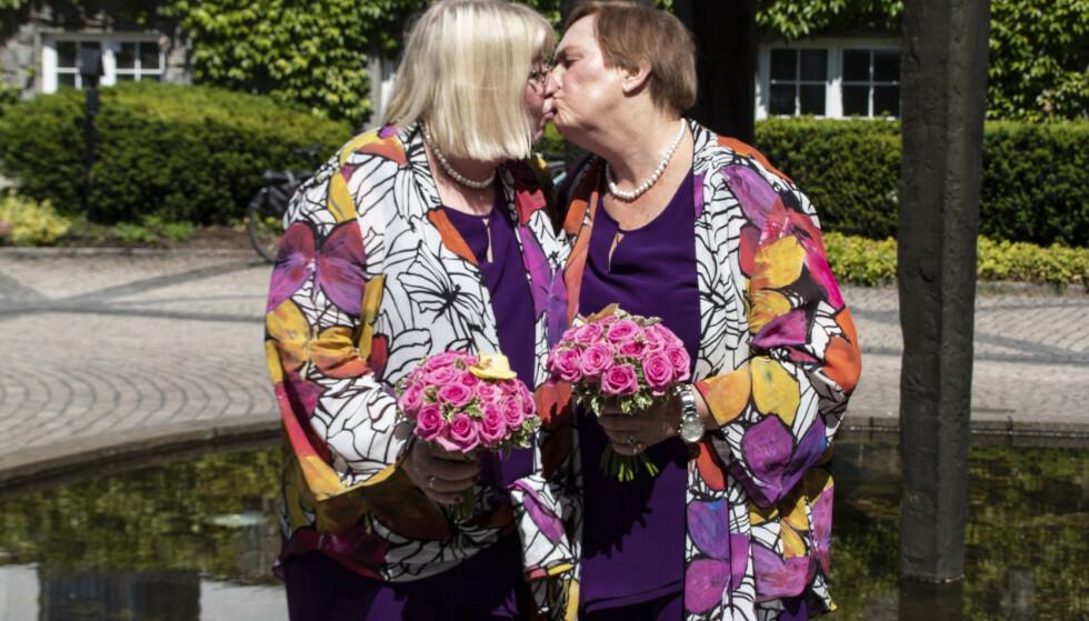 SAMMEN FOR LIVET: Jorun Børstad (72) og Lise Skilnand (63) er det første lesbiske paret som har blitt viet i Bærum Rådhus. Foto: Privat