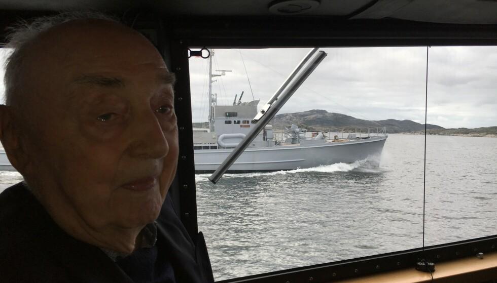 Med ubåtjager: Båten i bakgrunnen er KNM «Hitra» som Strandheim tjenestegjorde ombord på som nestkommanderende. Foto: Privat