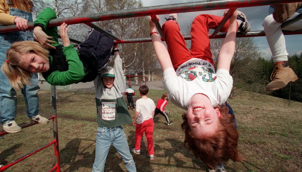 ET EGET BARNELIV: Skoleelever ved Holm Skole i Nittedal leker på et slitt klatrestativ. Dagens barn klatrer også - men du finner knapt et klatrestativ uten beskyttende gummimatte under. Foto: Lise Åserud NTB-arkivet