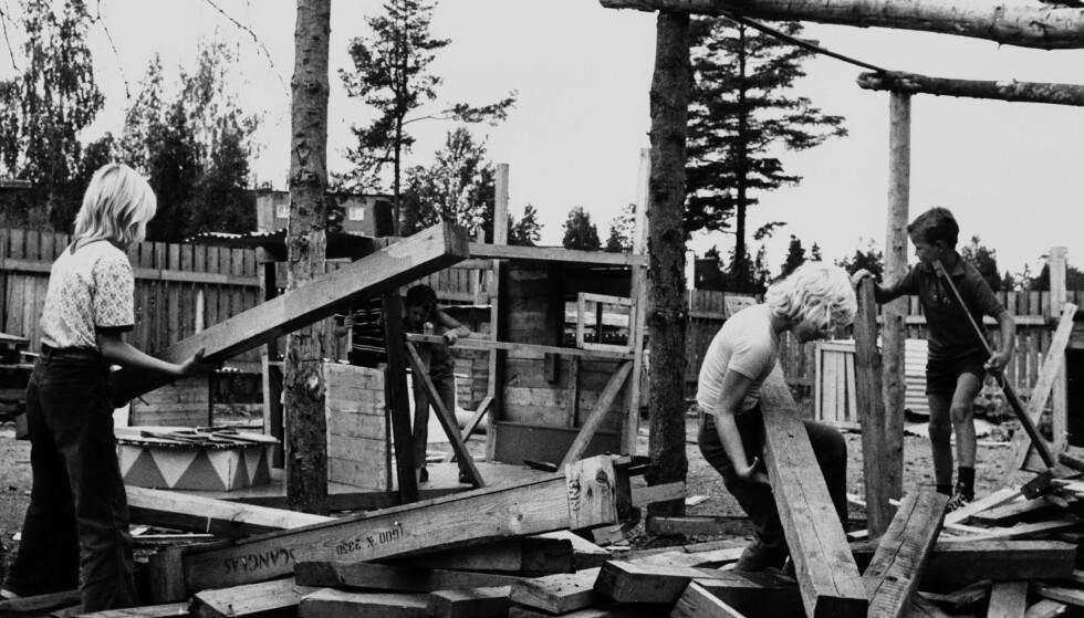 MED HAMMER OG SPIKER: I 1973 fikk barn snekre og lage hytte i barnehagen. Bildet er fra en barnehage i Oslo. Foto: NTB