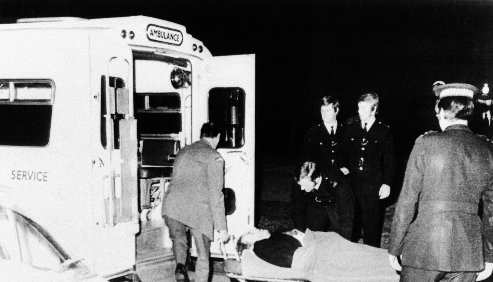 TIL SYKEHUS: Det blodige dramaet endte godt, og de fire som ble skutt overlevde. Her blir en av de skadde ført til sykehus etter hendelsen. Foto: NTB.