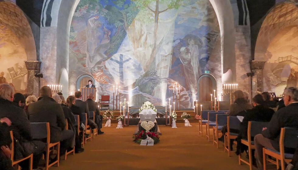 TRADISJONELL RAMME: Anne-Lise Sterner ble stedt til hvile i Vestre gravlunds kapell i Oslo før jul i 2019. Selv om den kirkelige rammen var tradisjonell, var de musikalske innslagene muntre – helt i Anne-Lises ånd. Foto: Privat