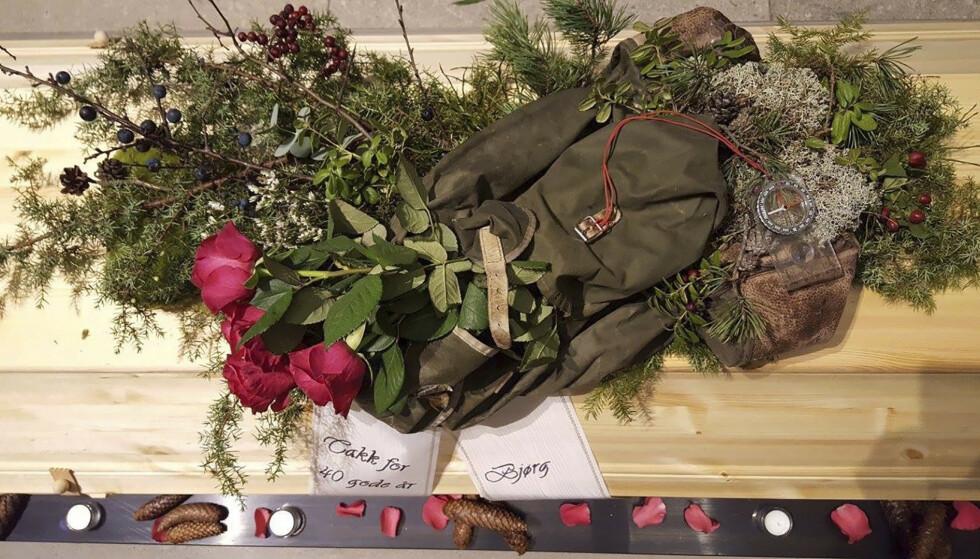 Personlig dekorasjon: Båredekorasjonen på Trond Tveits kiste ble friluftsmannens sekk, og kvist og kvast som kona Bjørg fant i skogen. Foto: Privat