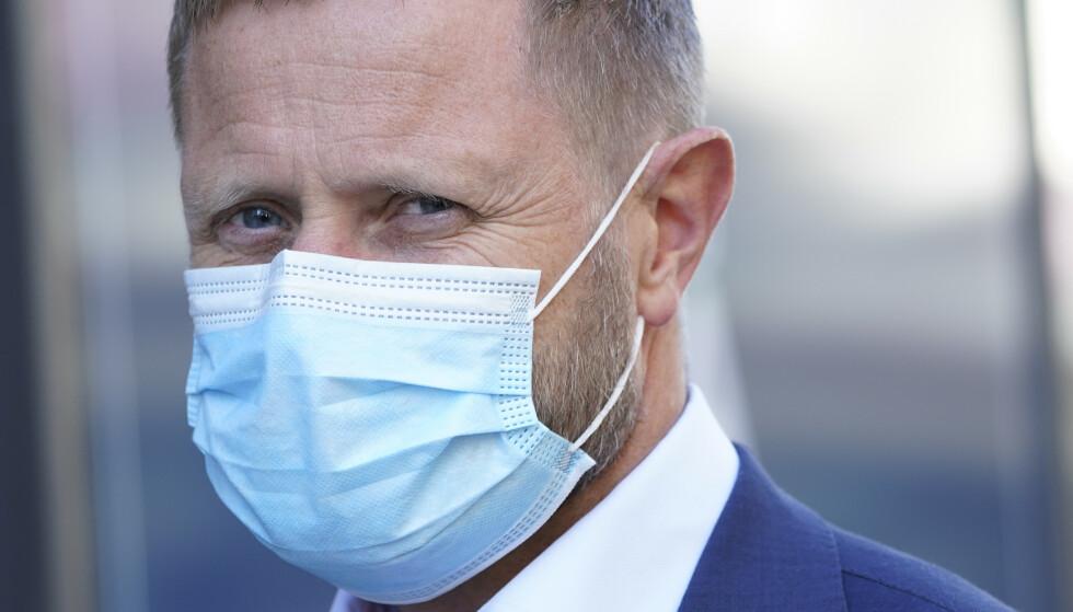 VIKTIG Å BRUKE RIKTIG: Helse- og omsorgsminister Bent Høie med munnbind. Foto: Lise Åserud / NTB