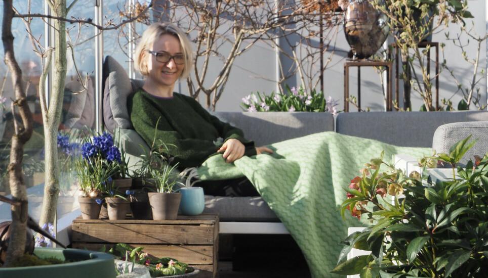 MYE KOS: Hageblogger Anne Holter-Hovind mener hage også handler om mye glede og lite arbeid. Med enkle grep kan du nyte vårens blomster mest mulig. Foto: Moseplassen.no