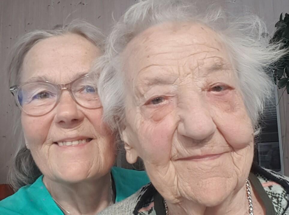 NÆRT FORHOLD: Åsbjørg Moland (65) og moren Anne Marie Moland (105) har alltid hatt et nært forhold. Nå bor de sammen igjen etter mange år. Anne Marie lurte på om hun hadde drømt da datteren spurte om hun ville flytte hjem igjen. Foto: Privat
