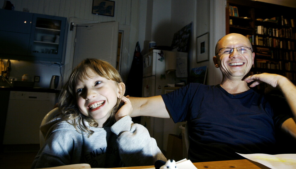 Runar Døving testamenterte bort like mye penger som en av døtrene hadde i årslønn som tjueåring. Her med datteren Nike, som var åtte år da bildet ble tatt i 2006. Foto: Frank Karlsen/Dagbladet