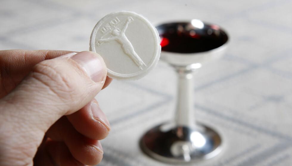 NATTVERD: Dette er Jesu legeme, dette er Jesu blod. Nattverden symboliserer Jesu siste måltid med disiplene. Under heksejakten mente man at presten kunne gjenkjenne en heks fordi hun gikk til nattverd med onde hensikter. Foto: Håkon Mosvold Larsen/NTB