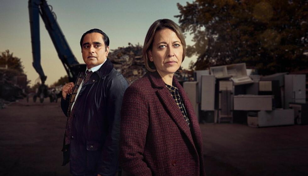 ULØSTE SAKER: Nicola Walker og Sanjeev Bhaskar spiller Cassie og Sunny i «Nedgravde hemmeligheter». Foto: Matt Frost Mainstreet Pictures LTD
