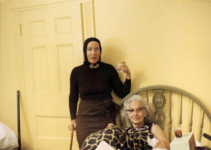 LENGTET ETTER RAMPELYSET: Både Store-Edie og Lille-Edie drømte om et liv på scenen, men opplevde forfall og fattigdom store deler av livet. Her er de fotografert i forbindelse med Mailes-brødrenes dokumentar i 1975. Foto: NTB Janus Films/Everett Collection