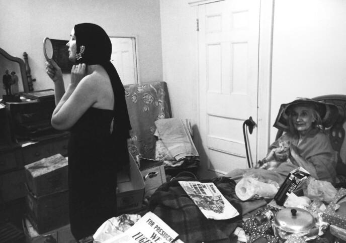 EKSENTRISME OG FORFALL: Edith Bouvier Beale («Lille-Edie») og Edith Ewing Bouvier Beale («Store-Edie») levde store deler av livet sammen i herskapshuset Grey Gardens. Tilslutt bodde de kun i tre av de forsøplede rommene. I resten av huset fløt det av søppel og kattemøkk. Foto: NTB Janus Films/Everett Collection