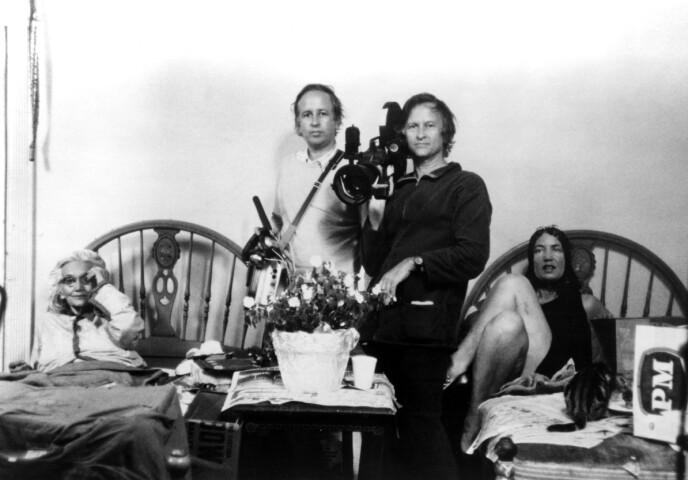 TETT PÅ: Edith Ewing Bouvier Beale, David Maysles, Albert Maysles og Edith Bouvier Beale fotografert i 1975 i forbindelse med filmingen av dokumentaren om de to kvinnene. Filmen Grey Gardens ble en kultfilm. Foto: NTB