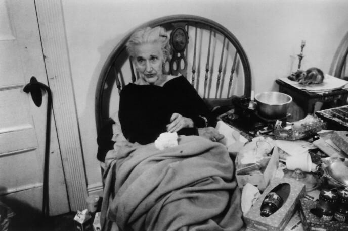 FORFALL OG SØPPEL: Edith Ewing Bouvier Beale levde et luksusliv og var utdannet sopran. Den siste halvdelen av sitt liv oppholdt hun seg i en møkkete seng full av søppel. Foto: NTB
