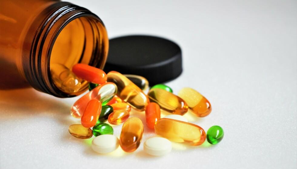 Piller, kapsler, oljer eller pulver: Rådet er å forhøre seg med legen før du tar kosttilskudd. Likevel tar mange av oss tilskudd uten å tenke over at det kan ha noen negativ betydning, for eksempel i kombinasjon med medisiner fra legen. Illustrasjonsfoto: Shutterstock/NTB